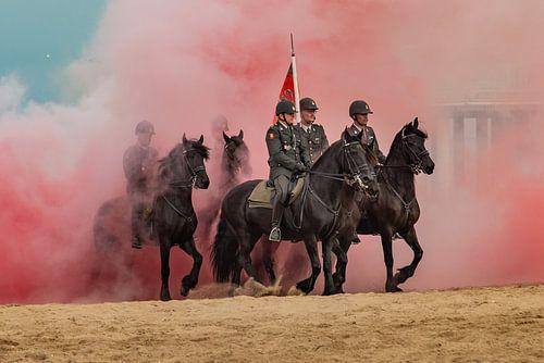 Paarden door de rook op het strand van