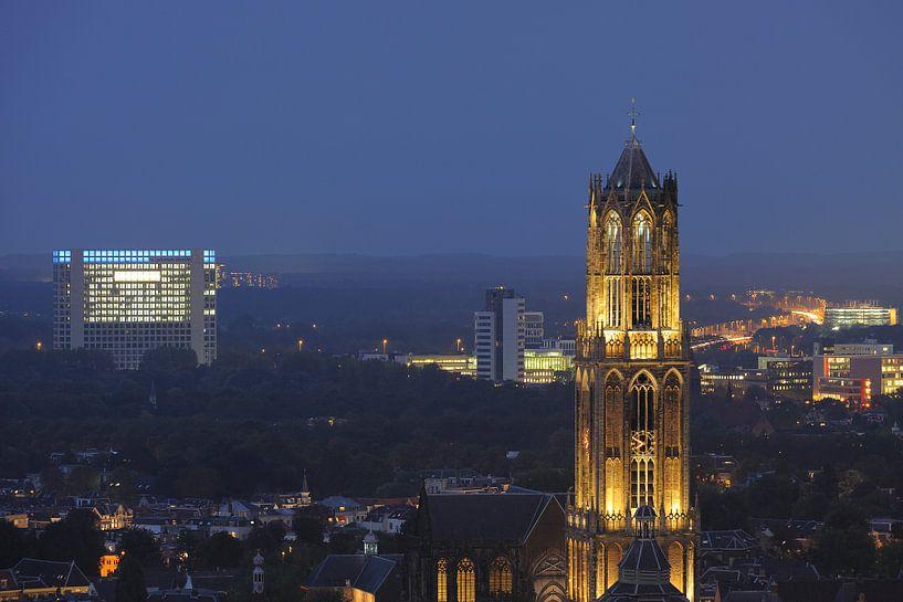Zicht op de Domtoren vanaf het stadskantoor in Utrecht van Donker Utrecht