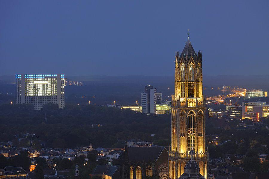 Zicht op de Domtoren vanaf het stadskantoor in Utrecht