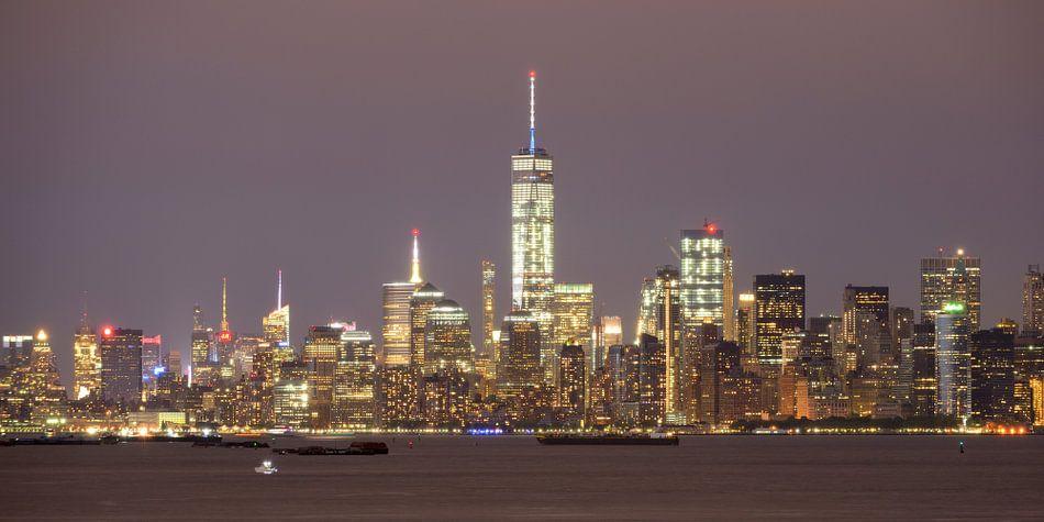 Manhattan Skyline in New York in de avond gezien vanaf Staten Island, panorama van Merijn van der Vliet