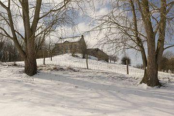 Hoeve Zonneberg op Sint-Pieter (gem. Maastricht) in de sneeuw. van Ton Reijnaerdts