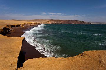 Strand mit dunkelbraunem Sand in Paracas, Nationalpark in Ica, Peru - Südamerika von WorldWidePhotoWeb