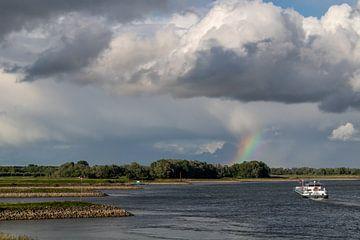 Regenboog boven Rivier De Waal nabij Fort Pannerden van Paul Veen