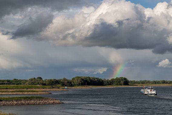 Regenboog boven Rivier De Waal nabij Fort Pannerden