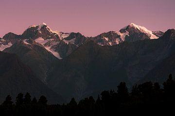 Aoraki/Mount Cook en Mount Tasman, vanaf Lake Matheson bij Fox Glacier, Nieuw-Zeeland van Paul van Putten