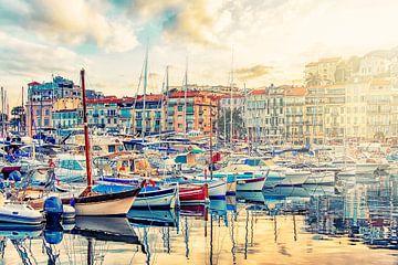 De stad Cannes in de avond van Manjik Pictures