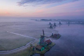 Molens in de mist op de Zaanse Schans van Rene Ouwerkerk