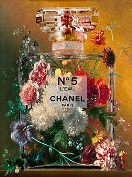 Stillleben mit Blumen in einer Parfümflasche von Dennisart Fotografie