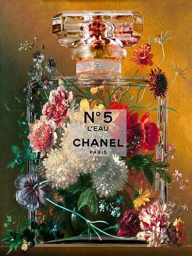 Stilleven met bloemen in een parfumfles