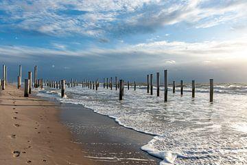 Strand mit Flut und Wolkendeck in Petten von Hilda van den Burgt