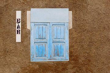 Bar mit blauen Fensterläden von Inge Hogenbijl
