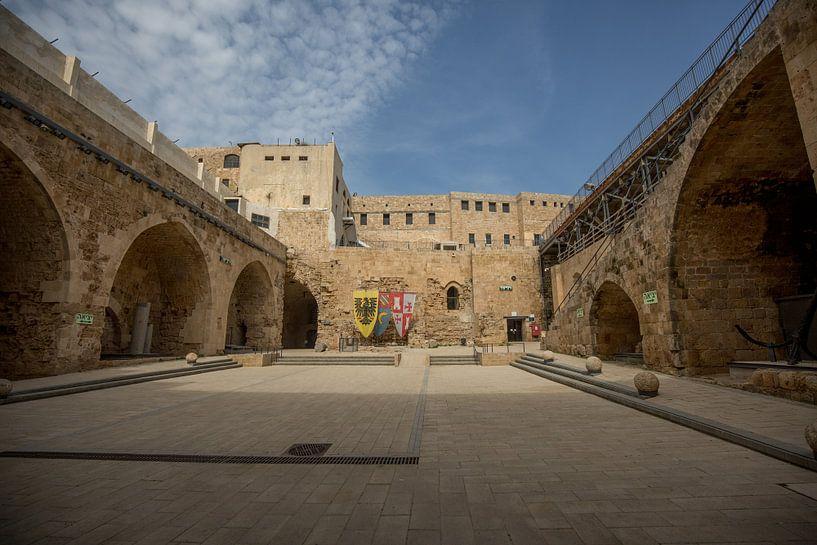 Binnenplaats van Kasteel van de Tempeliers in Accra, Israel van Joost Adriaanse