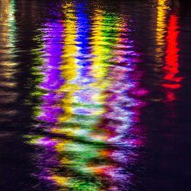 Lichtjes schitteren in het water van de Amstel van Wijbe Visser