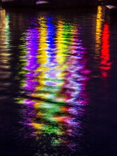 Lichtjes schitteren in het water van de Amstel