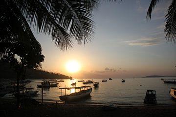 Zonsondergang op strand Bali Indonesië  van