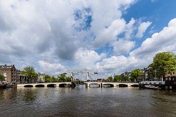 De Magere Brug over de Amstel met wolkenlucht, Amsterdam, Netherlands sur Martin Stevens