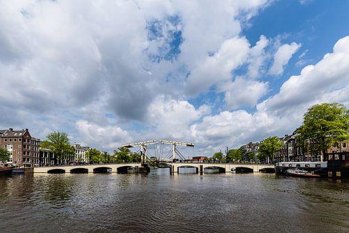 De Magere Brug over de Amstel met wolkenlucht, Amsterdam, Netherlands