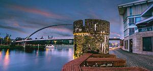 Maastricht, hoog brug en Maaspunttoren tijdens zonsopkomst van