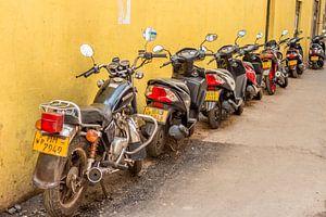 Rij scooters in een straatje in Colombo, Sri Lanka