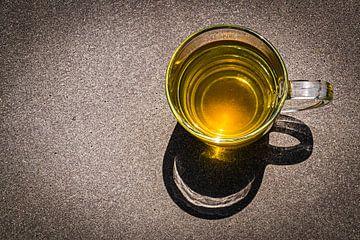 Tasse Tee in schönem Kontrast zum grauen Hintergrund. von Rianne Groenveld