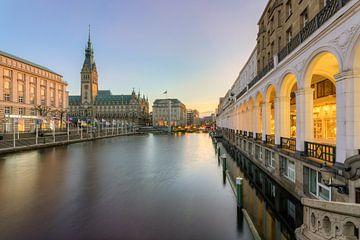 Les arcades et l'hôtel de ville de Hambourg Alster sur Michael Valjak