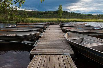 Roeiboten in het Safssjon meer in Zweden van Henk Hulshof