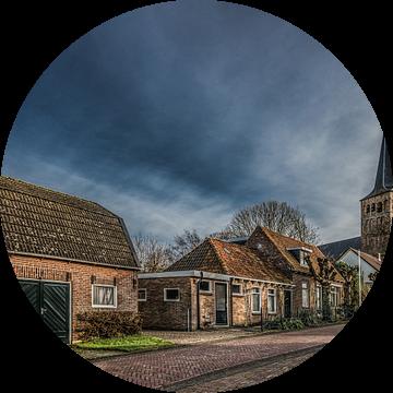 Straat in het Friese dorp Beetgum met kerktoren van Harrie Muis