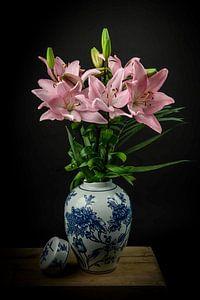 Modernes Blumenstillleben in einer Vase: Rosa in Blau von Marjolein van Middelkoop