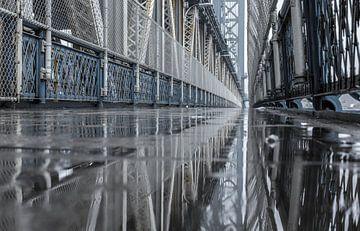Spiegeling Manhattan Bridge (New York City) van Marcel Kerdijk