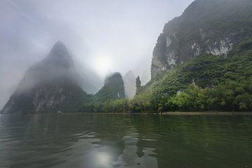 Li rivier met Karst gebergte in de mist, China von Ruurd Dankloff
