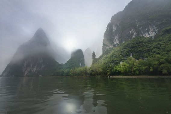 Li rivier met Karst gebergte in de mist, China van Ruurd Dankloff