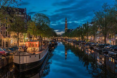 Reflectie in de Prinsengracht bij de Westertoren in Amsterdam
