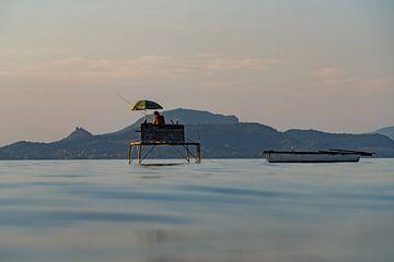 Angler zum Sonnenuntergang am Plattensee Balaton in Ungarn