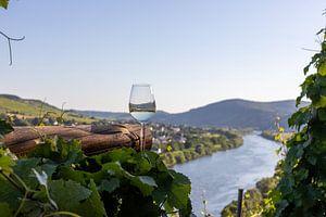 Gevuld wijnglas naast houten balken en Moezellandschap op de achtergrond van Reiner Conrad