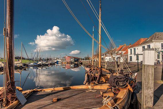 Doorkijkje op de haven van Elburg met wolk en weerspiegeling van Harrie Muis