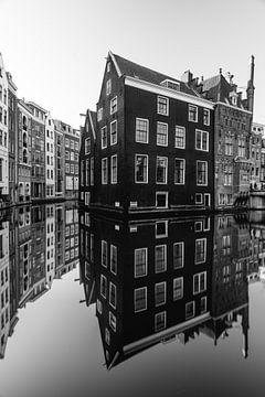 Kanal und alte Häuser in Amsterdam, Niederlande. von Lorena Cirstea