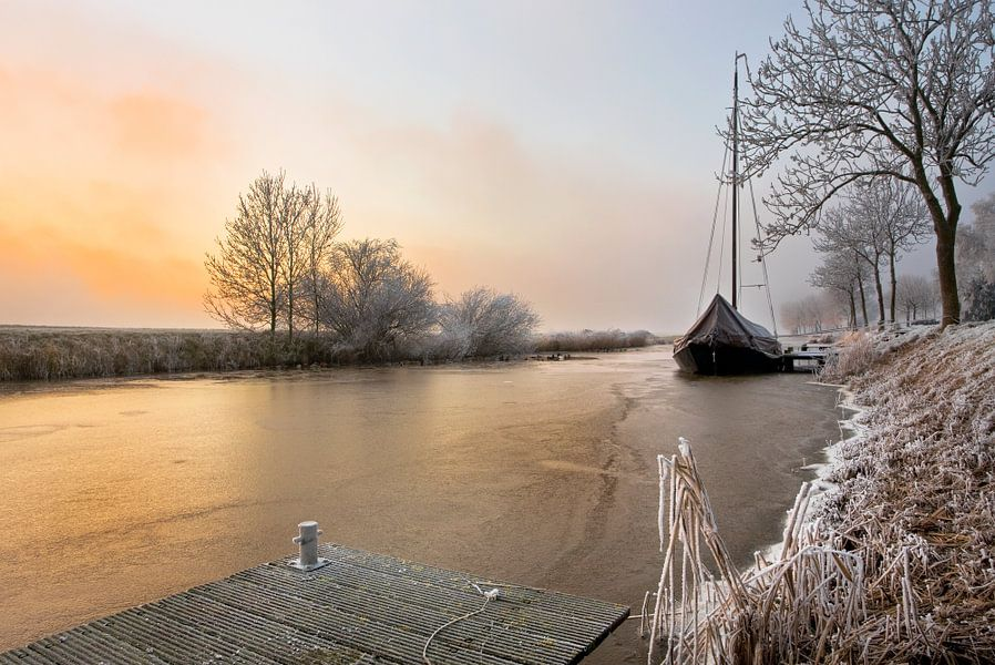 Kleine zeilboot, vastgevroren in ijs, Nederland