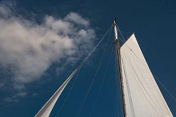 Zeilen en een wolk met een blauwe lucht sur Harrie Muis