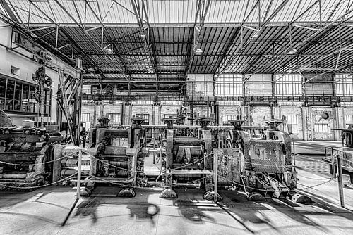industriële machines in een met licht overgoten loods