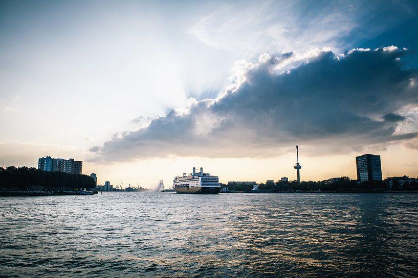 Rotterdams cruiseschip verlaat haar haven van Pieter Wolthoorn