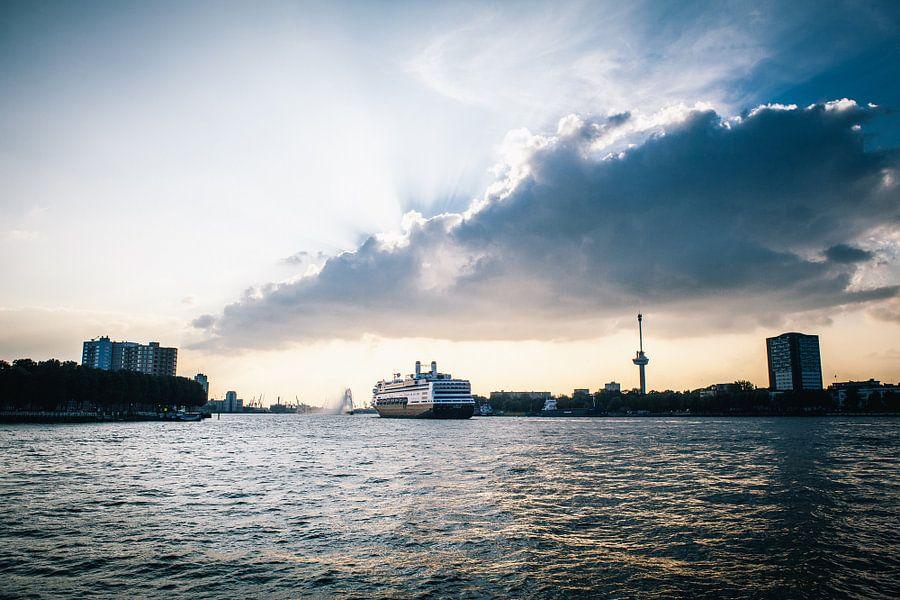 Rotterdams cruiseschip verlaat haar haven