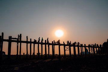 De U-Bein Bridge bij zonsondergang in Myanmar van Maartje Kikkert