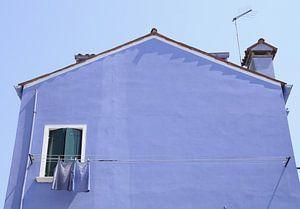 Blauw huis met blauw wasgoed van