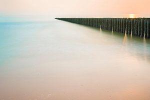 Paalhoofden in pastelkleurige zonsondergang op Schouwen Duiveland (2) van