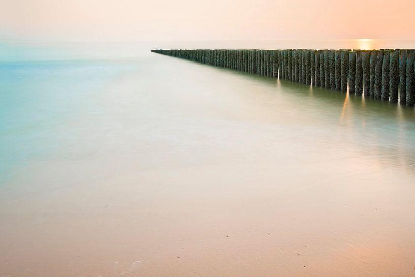 Paalhoofden in pastelkleurige zonsondergang op Schouwen Duiveland (2) von Rob IJsselstein