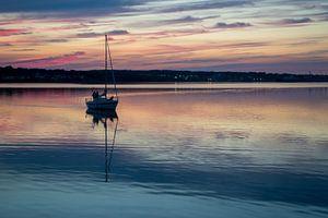 Zeilboot die de haven van Sydney (Canada) binnenkomt voor een pittoreske zonsondergang van Hans-Heinrich Runge