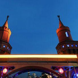 Oberbaumbrücke Berlin mit U-Bahnzug von Frank Herrmann