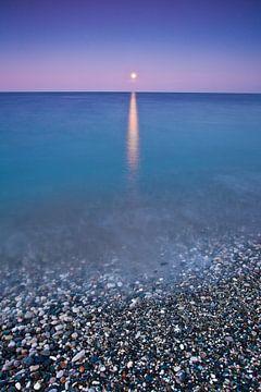 Coucher de soleil sur la mer, parcours éclairé par la lune de surf. surface lisse de la mer sur Michael Semenov