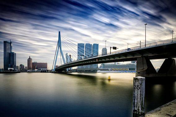 dreigende wolken boven de moderne architectuur op de Kop van Zuid  van gaps photography