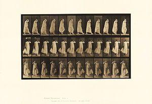 Frau geht in einem dünnen Kleid